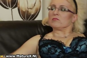 horny older is rubbing her cunt