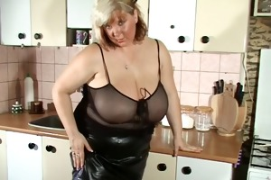 my mamma shows her bizarre oiled scoops
