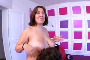 elle lui rentre sa main entiere dans le cul !!!