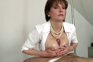 lady sonia gives a awesome titjob