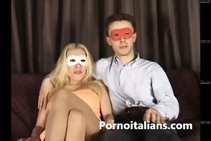 amatoriale - moglie italiana chiavata sul divano