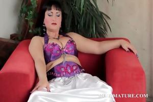 older babe masturbates her hawt cum-hole