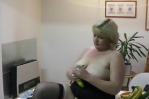 bulky aged housewife inserts banana in her cookie