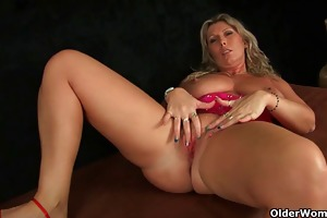 soccer mama with large milk shakes masturbates